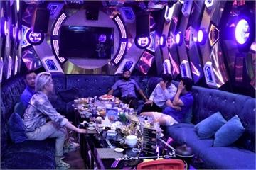 Chuyên gia Trung Quốc đi karaoke trá hình dù đang tự cách ly, nhân viên thiếu nội y bỏ chạy tán loạn