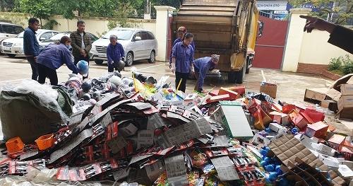 Tiêu hủy nhiều đồ chơi trẻ em, thực phẩm đã qua chế biến không đủ điều kiện lưu thông