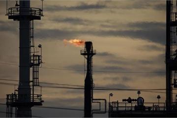 """""""Cơn điên"""" giá dầu: Giới đầu cơ đua nhau đặt cược vào mốc 100, 200 USD/thùng"""
