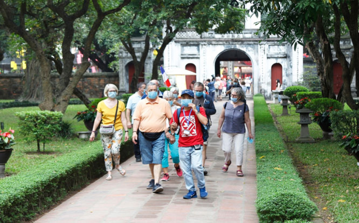 Foreign tourists are given face masks free of charge when visiting Van Mieu, the first university of Vietnam, in Hanoi. (Photo:HMO).