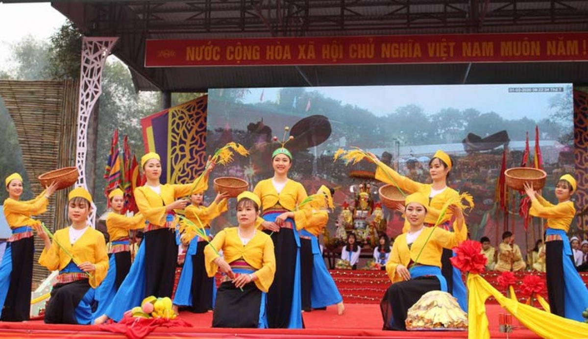 A performance of Muong folk dance and songs at the Muong Bi Summer Festival 2020. (photo: baohoabinh.com.vn)