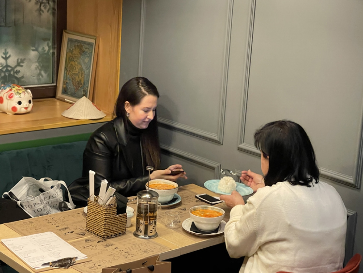 Foreign customers enjoy Vietnamese traditional food in Kien's restaurant