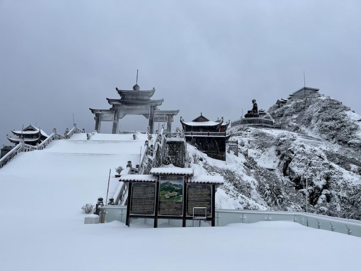 Đỉnh núi Fansipan bị mưa tuyết phủ trắng trong sáng 9/2.