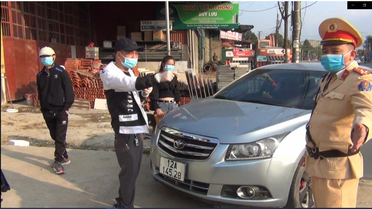Tài xế ô tô cố tình livestream khi không mang giấy tờ, không chấp hành đo nồng độ cồn.
