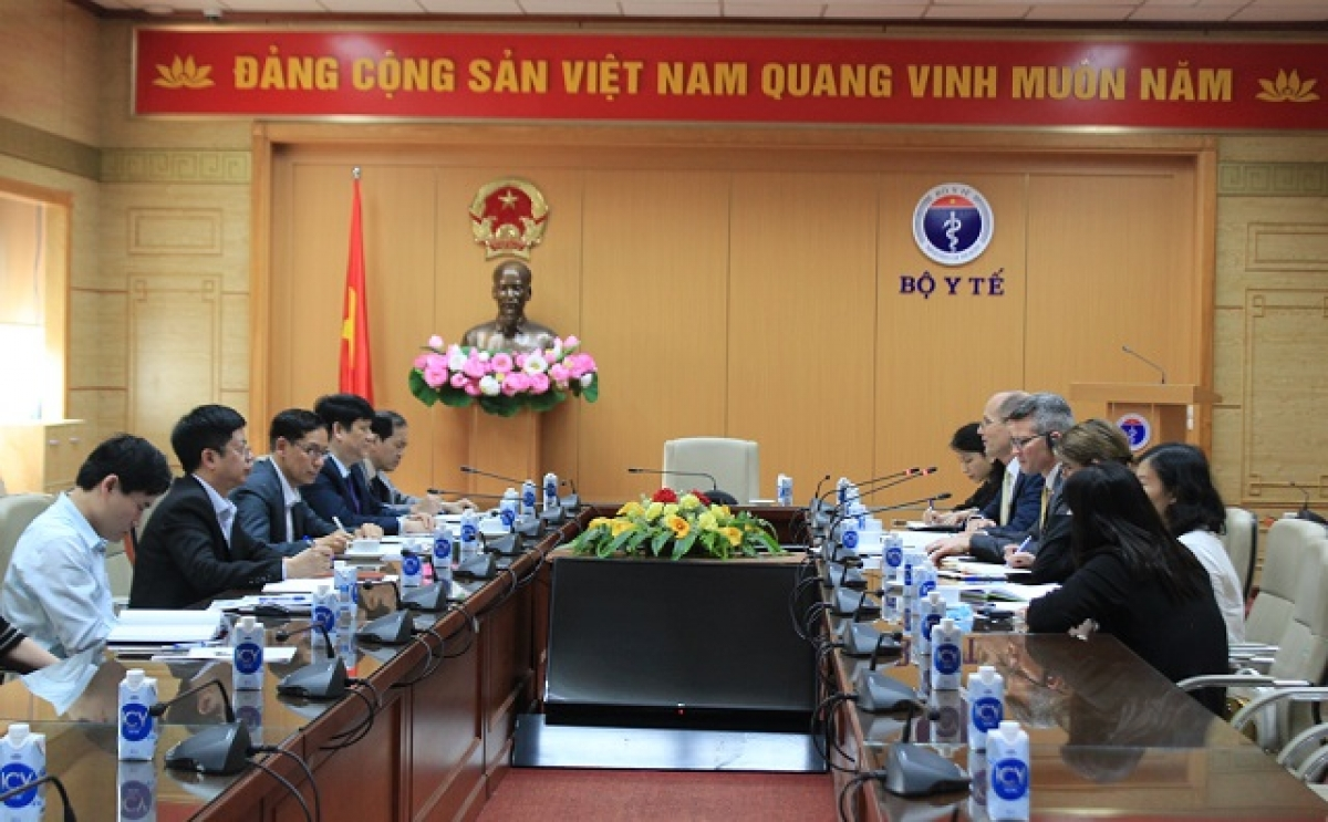 Health Ministser Nguyen Thanh Long holds a working session with John MacArthur, Southeast Asia Regional Director of the US Centers for Disease Control (CDC USA) and Mathew Moore, Acting Country Director of CDC USA in Vietnam, in Hanoi on March 29. (Photo: Ministry of Health)