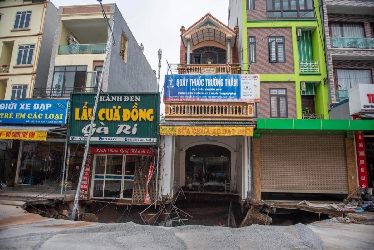 Khu vực hố sụt lún xảy ra trước mặt 3 căn nhà với diện tích hơn 50m2