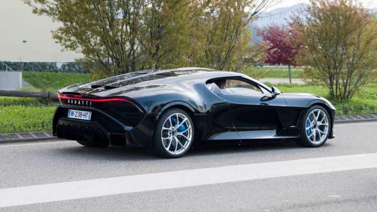 Chiếc xe Bugatti La Voiture Noire chạy thử lần đầu trên đường phố.