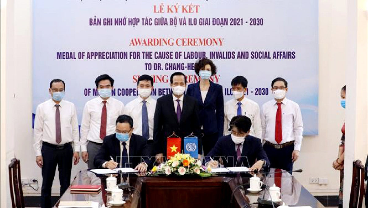 MoLISA Deputy Minister Le Van Thanh and ILO Vietnam chief representative Dr. Chang-Hee Lee sign the MoU on bilateral cooperation for 2021-2030 . (Photo: VNA)
