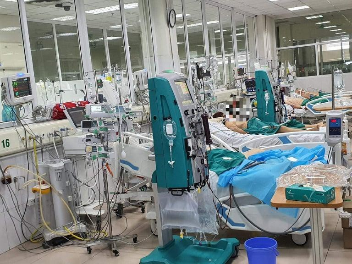 Critically ill COVID-19 patients are given treatment at ICU in Vietnam. (Photo: MoH)