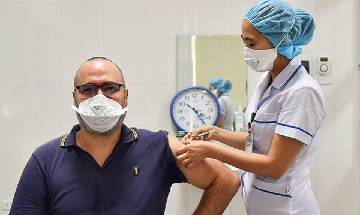 A foreigner in Vietnam receives a COVID-19 vaccine shot