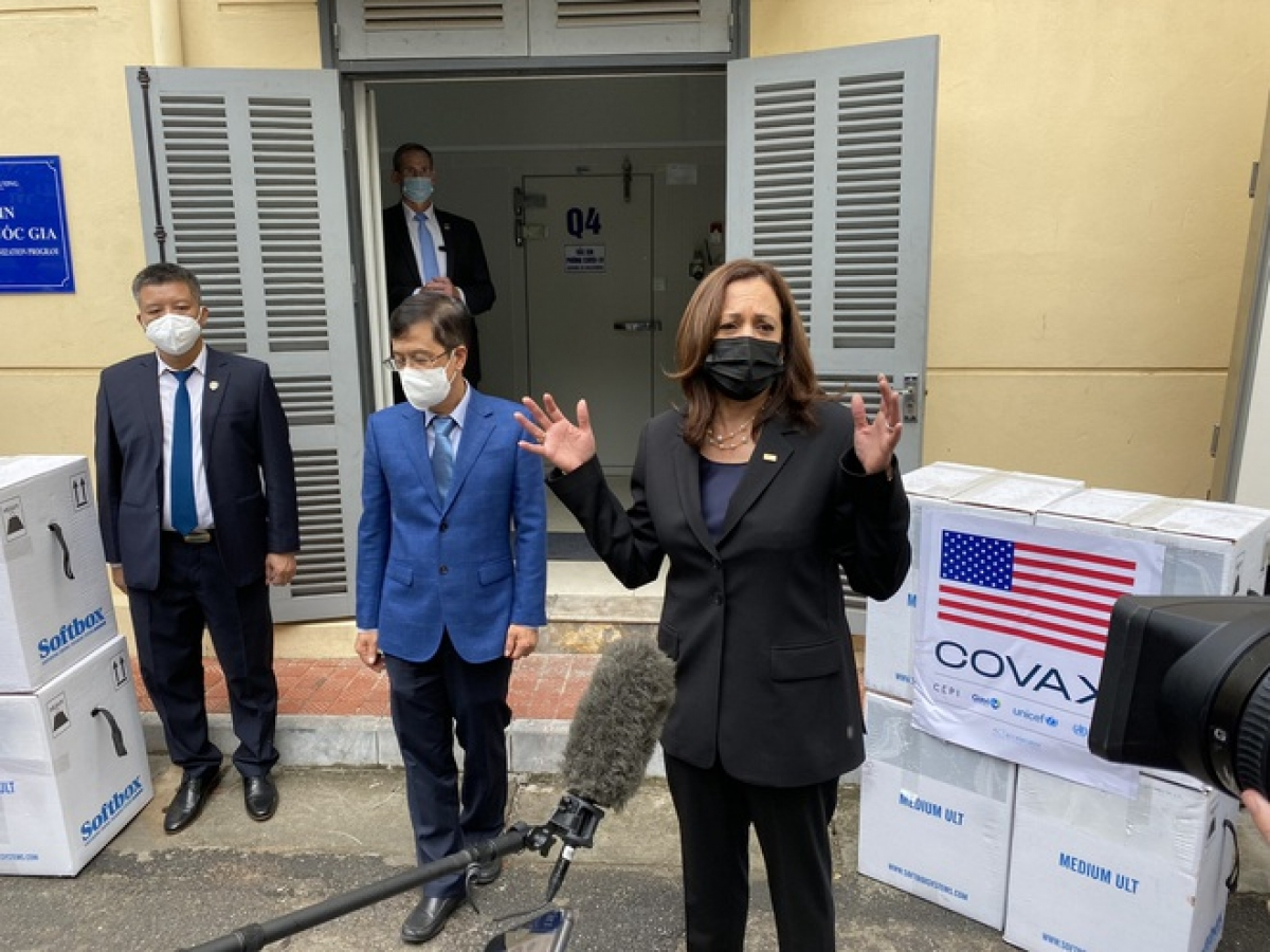 Vice President of the United States Kamala Harris visits the National Institute of Hygiene and Epidemiology in Hanoi on August 26. (Photo: Twitter/Jenny Leonard)