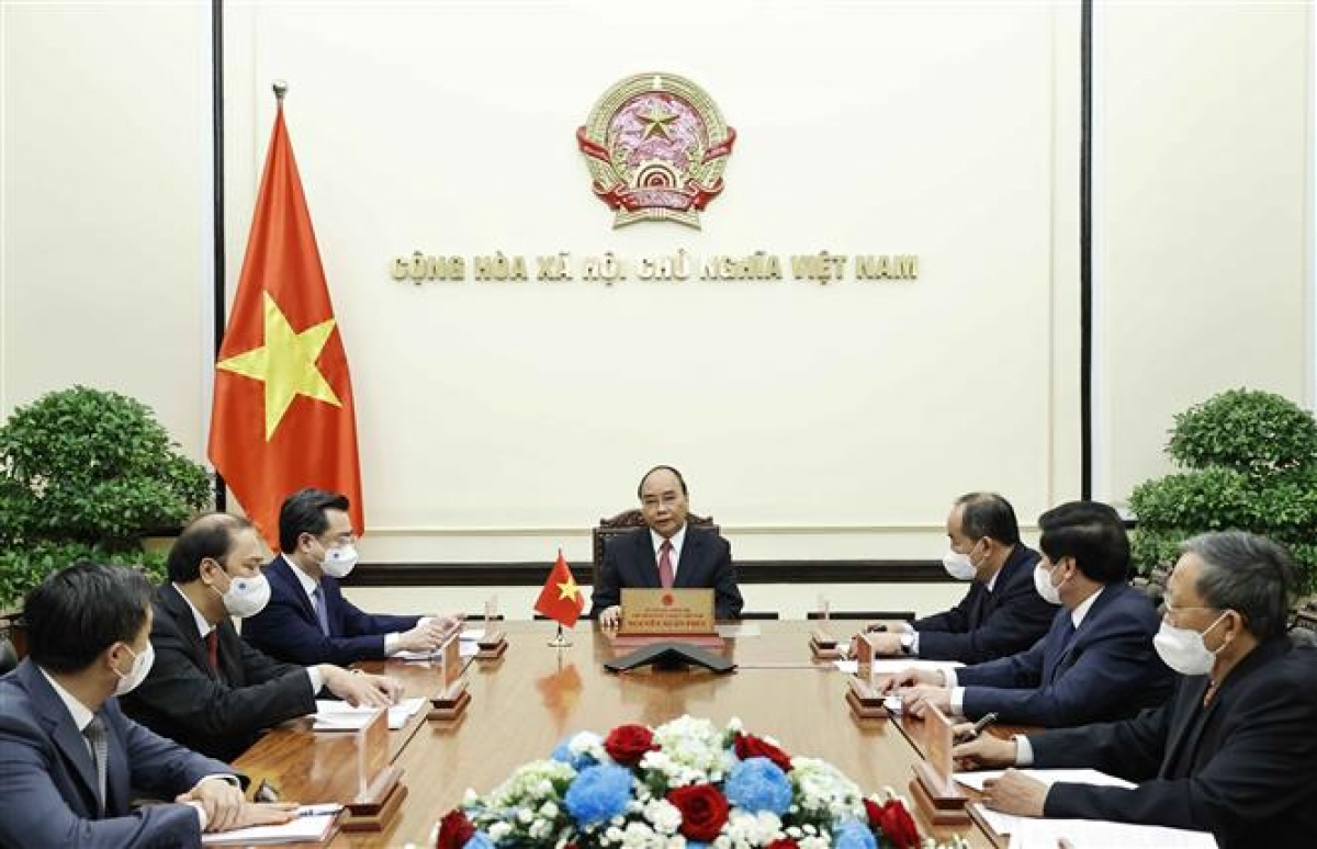State President Nguyen Xuan Phuc and other Vietnamese officials during phone talks with the Cuban President Miguel Díaz-Canel from Hanoi. (Photo: VNA)