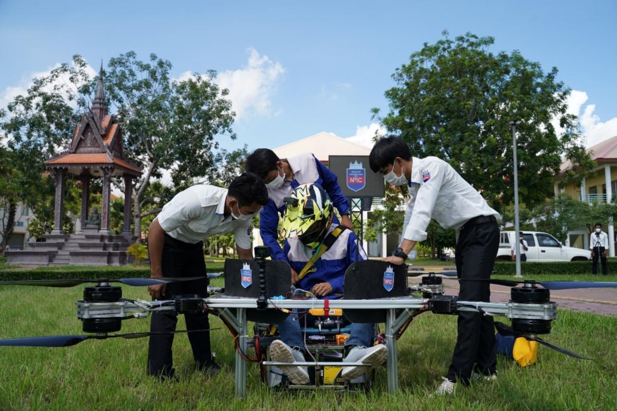 Lonh Vannsith, sinh viên năm thứ 4 của Học viện Bách khoa Quốc gia Campuchia, và các thành viên trong nhóm chuẩn bị cho máy bay không người lái của họ cất cánh ở Phnom Penh, Campuchia, ngày 17/9/2021 - Ảnh: Reuters