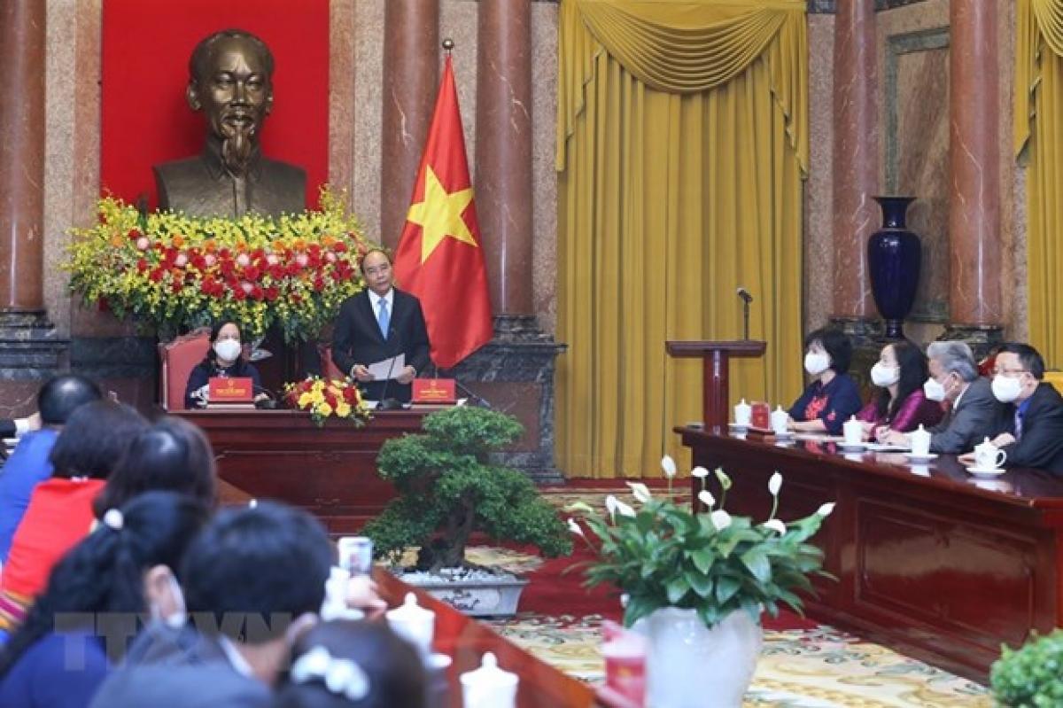 Chủ tịch nước Nguyễn Xuân Phúc gặp mặt các đại biểu người cao tuổi. (ảnh: TTXVN)