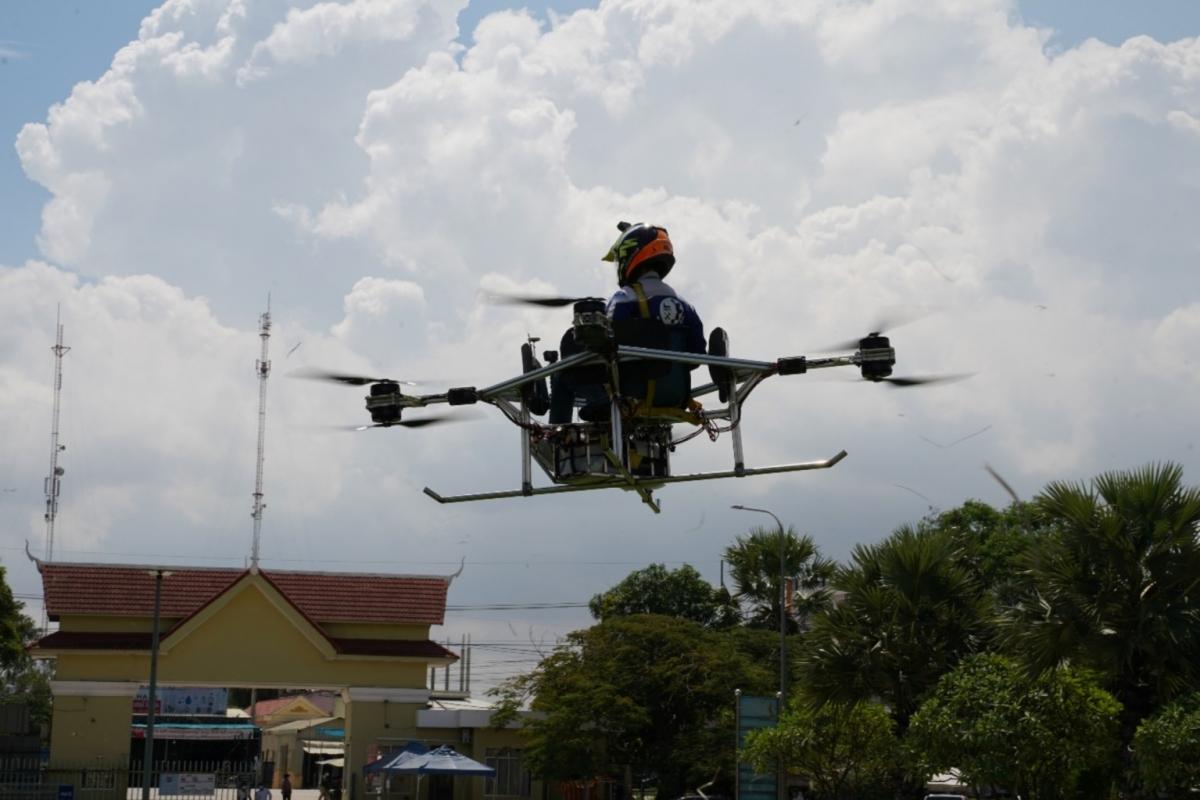 Vannsith lái máy bay không người lái của nhóm mình ở Phnom Penh, Campuchia - Ảnh: Reuters
