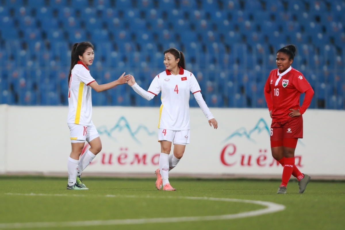 Vietnamese women (in white jersey) have clinched their easy win over Maldives opponents in their opening game of the AFC Women's Asian Cup 2022 qualifiers. (Photo: AFC)