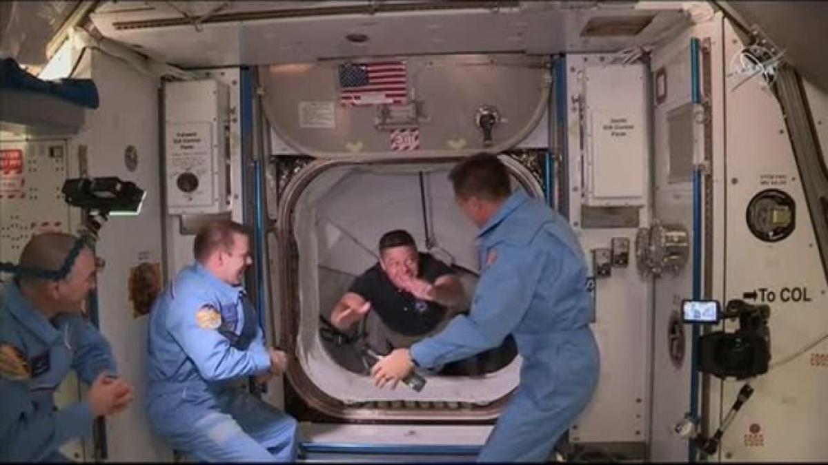 Phi hành gia Bob Behnken (áo sẫm) di chuyển từ tàu Crew Dragon của SpaceX vào trạm vũ trụ quốc tế (ISS) hồi tháng 5/2020.