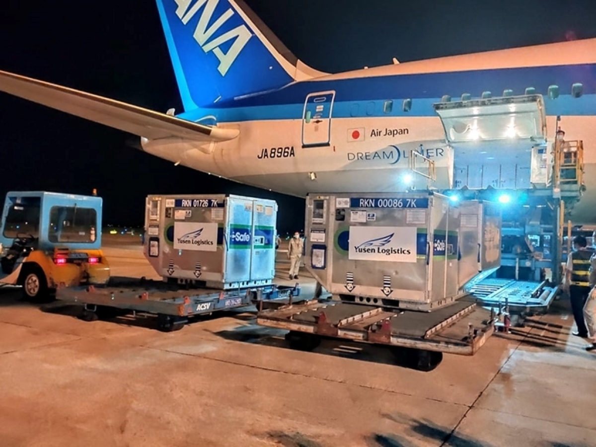 A batch of AstraZeneca COVID-19 vaccine donated by Japan arrived at Noi Bai International Airport on June 16. (Photo: cpv.org.vn)
