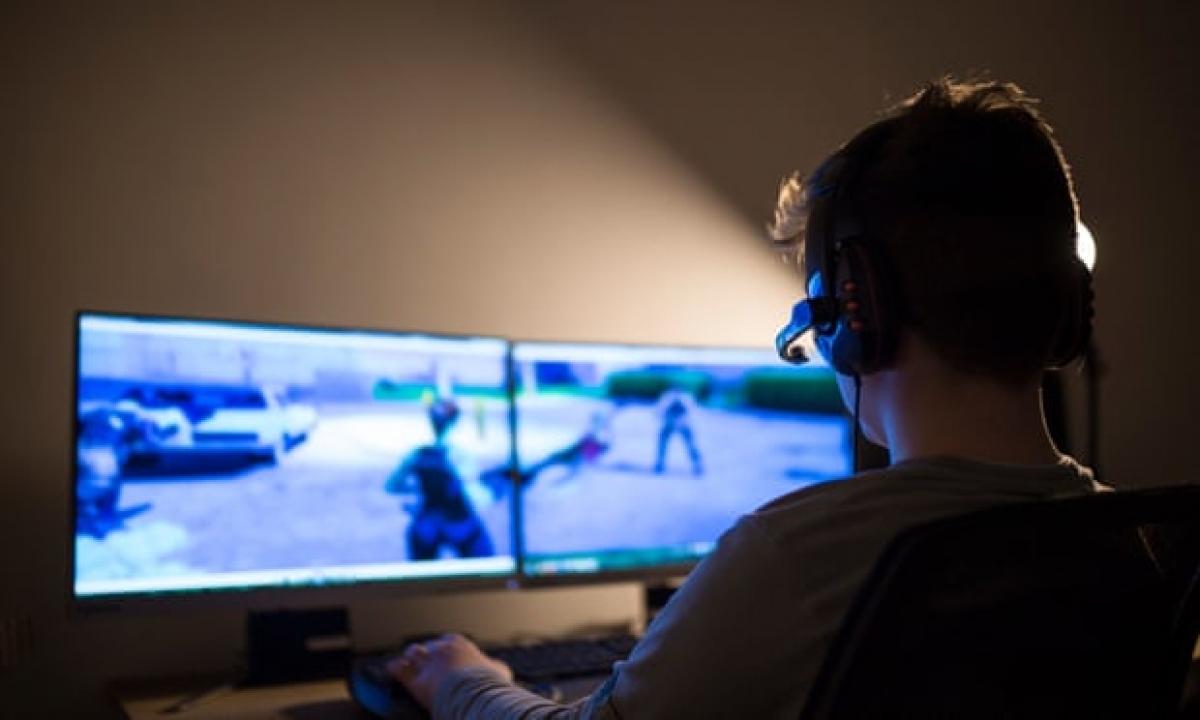 Trẻ em đang bị tác động quá nhiều bởi không gian trên mạng. Ảnh: Guardian