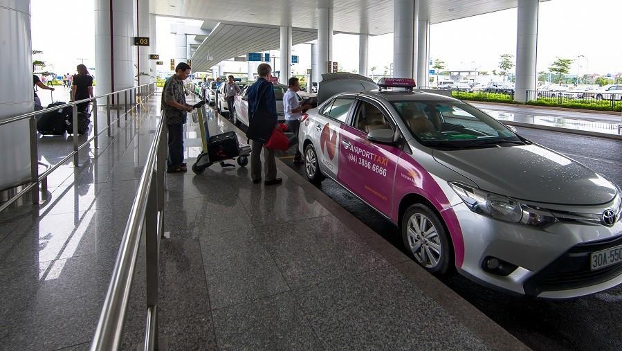 Để không tự biến mình thành gà quay cho taxi dù sân bay Nội Bài - Ảnh 1.