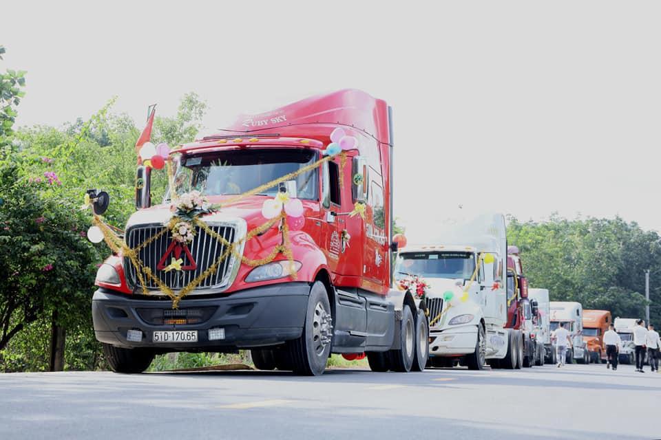 Chú rể chơi sốc, rước dâu bằng đoàn xe đầu kéo container - Ảnh 1.
