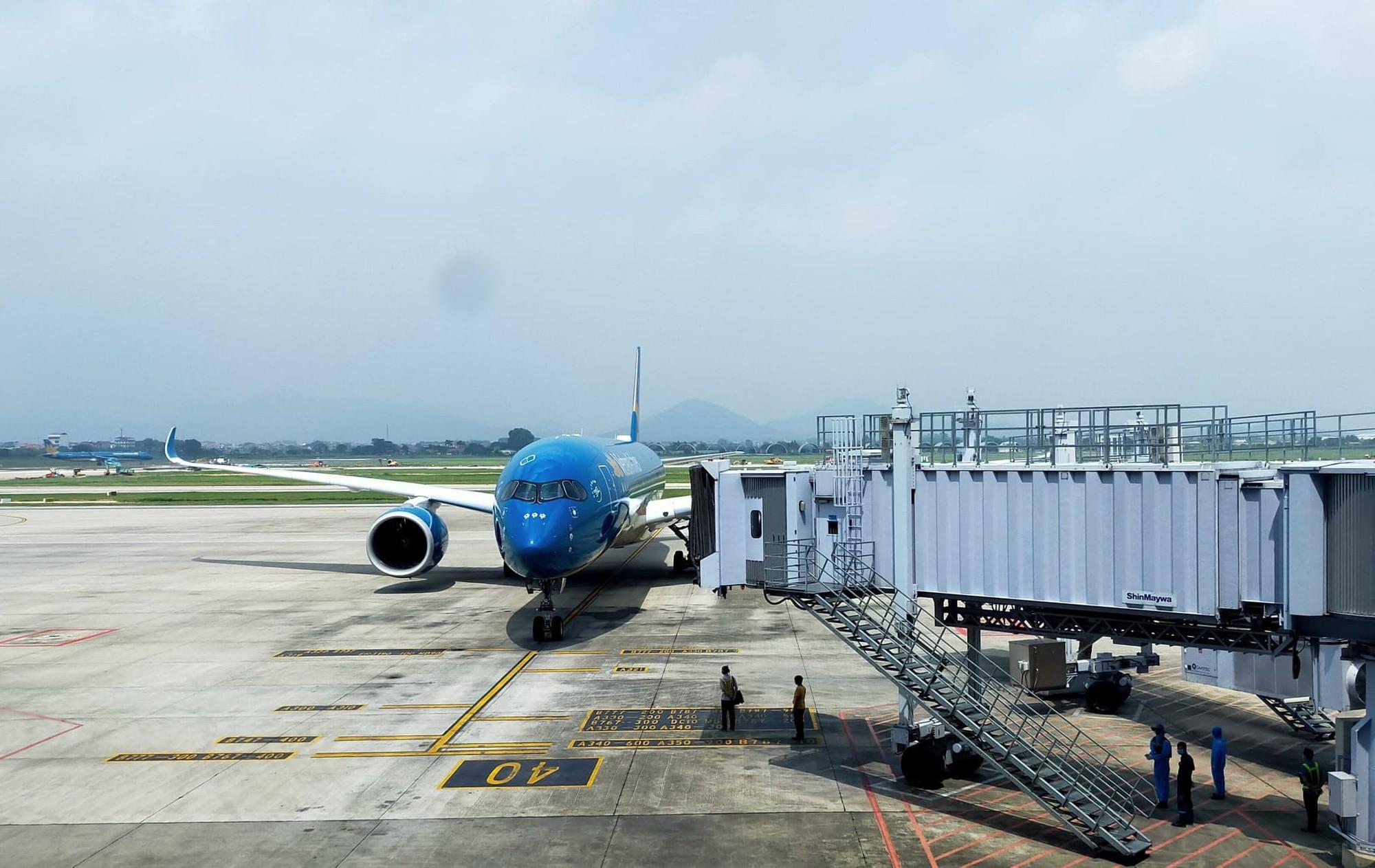 Máy bay TP HCM đi Đà Nẵng hạ cánh xuống Nha Trang do thời tiết xấu - Ảnh 1.