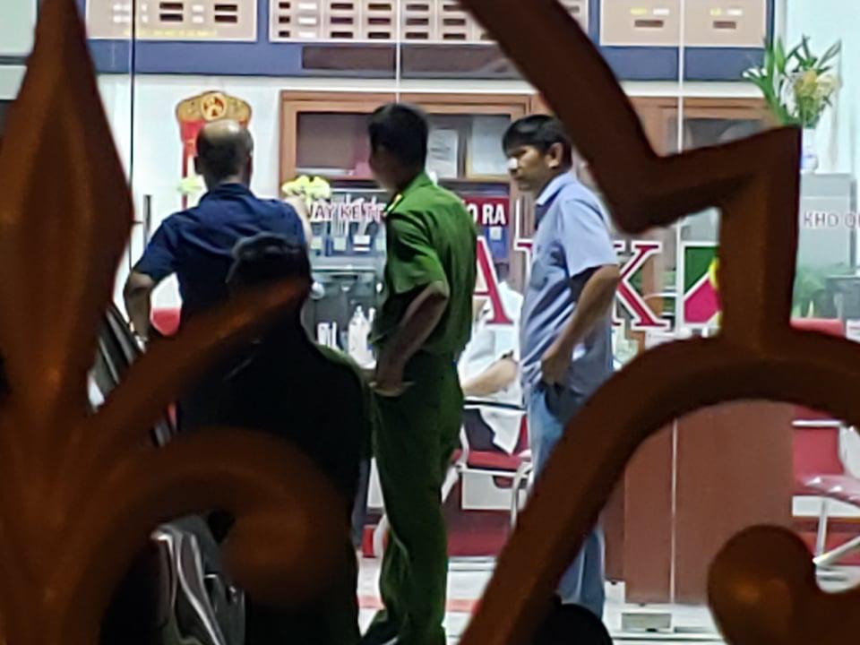 Truy bắt kẻ bịt mặt, cầm hung khí xông vào ngân hàng ở Đồng Nai hô to lựu đạn đây - Ảnh 5.