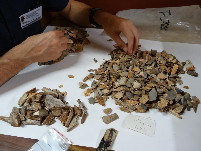 Mở cửa mộ cổ 41.000 năm, phát hiện hài cốt là... một loài người khác - Ảnh 1.
