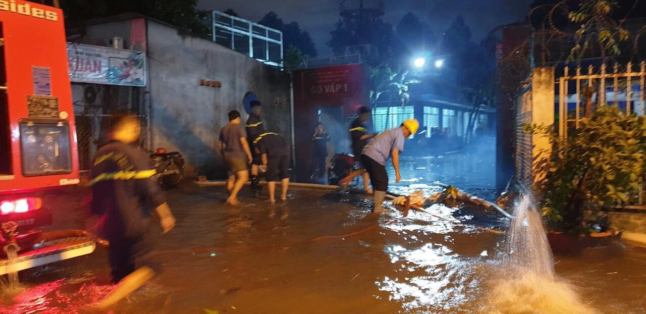 """Clip: Công an, dân phòng TP HCM """"giải cứu"""" nhiều phương tiện ngập sâu sau trận mưa kéo dài - Ảnh 4."""