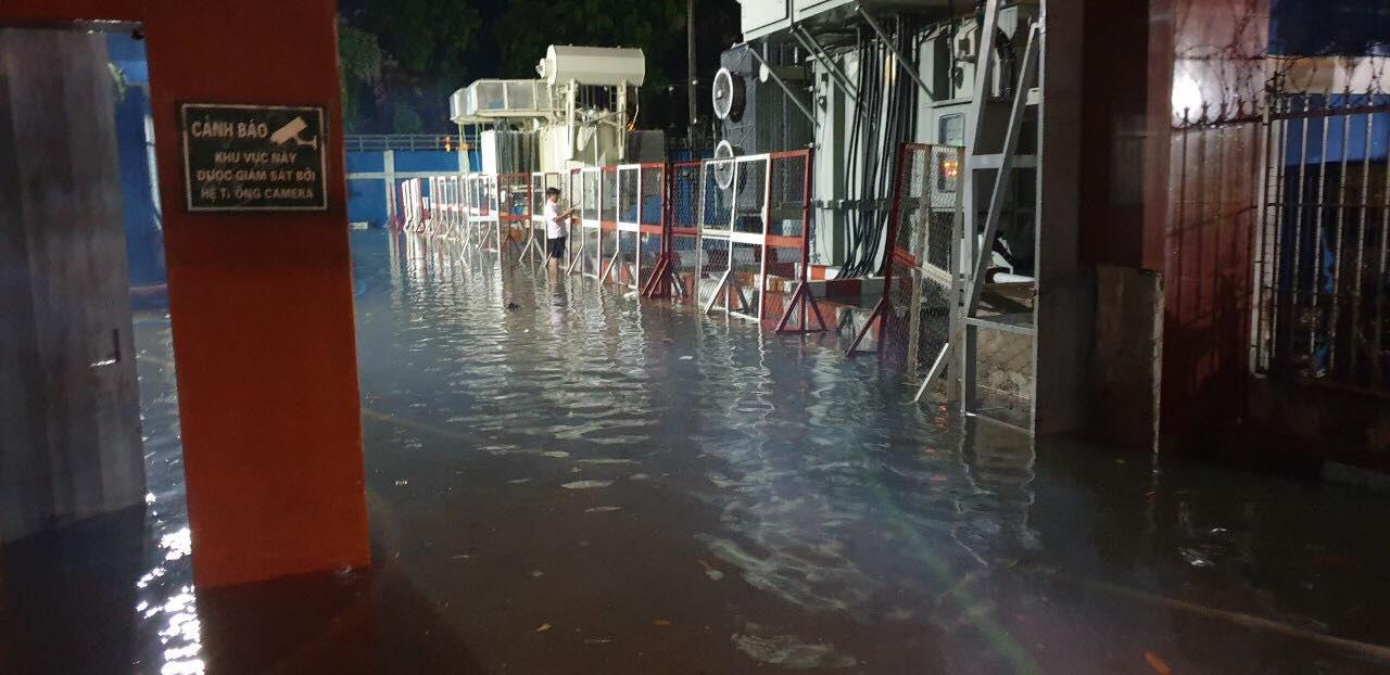 """Clip: Công an, dân phòng TP HCM """"giải cứu"""" nhiều phương tiện ngập sâu sau trận mưa kéo dài - Ảnh 1."""