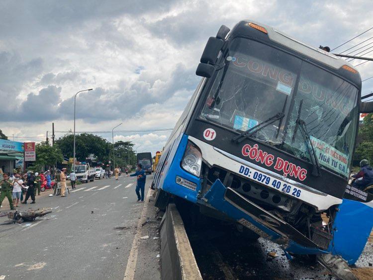 Hành khách hoảng loạn chứng kiến xe khách tông chết người rồi chạy trên dải phân cách - Ảnh 2.