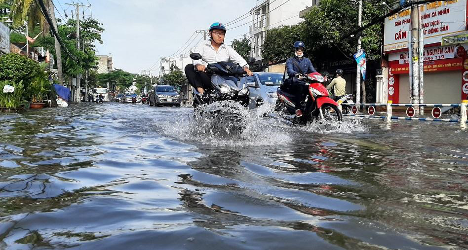 Nhiều nơi ở TP HCM ngập sau cơn mưa lớn rạng sáng - Ảnh 2.