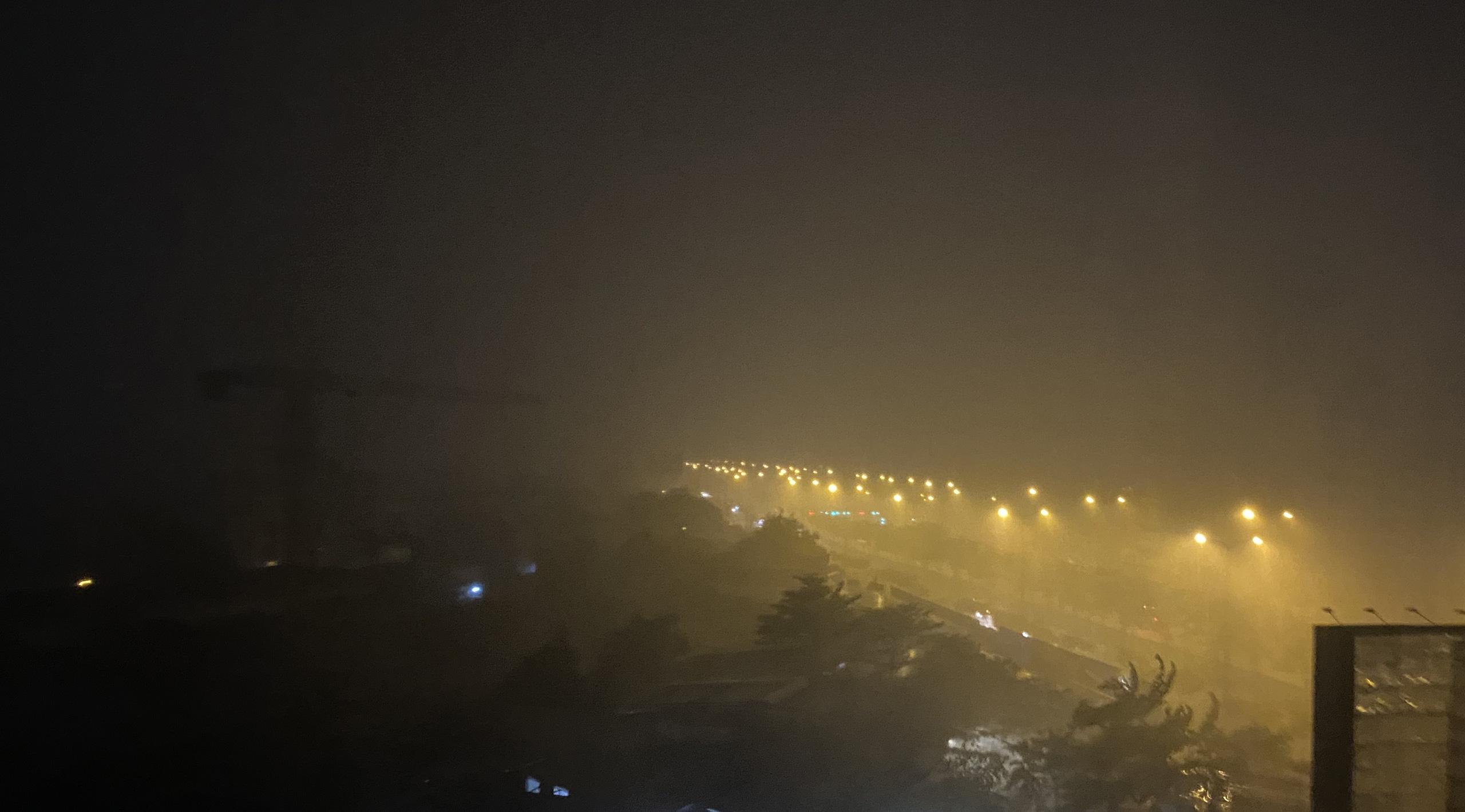 Nhiều nơi ở TP HCM ngập sau cơn mưa lớn rạng sáng - Ảnh 4.