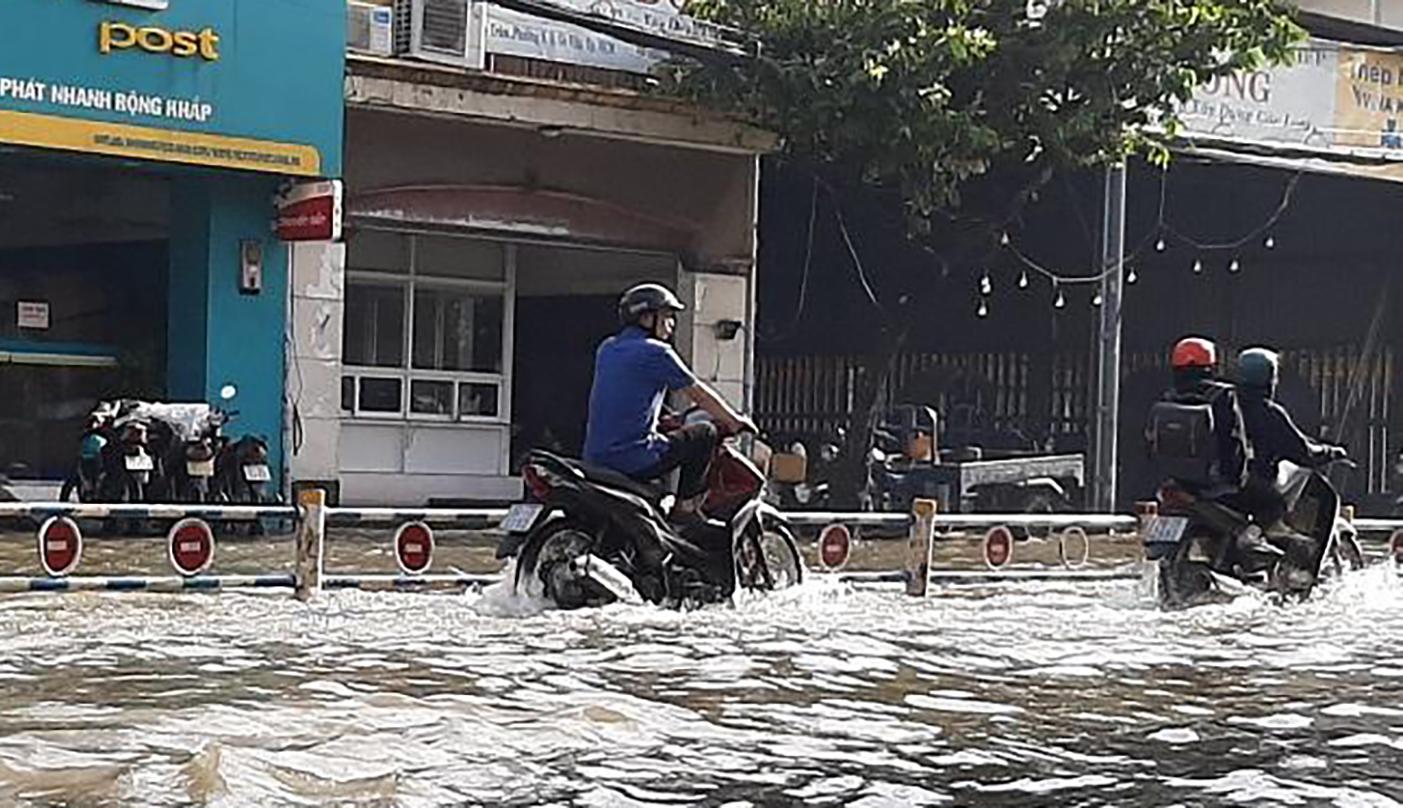 Nhiều nơi ở TP HCM ngập sau cơn mưa lớn rạng sáng - Ảnh 3.