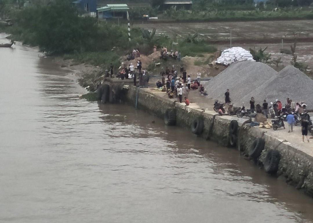 Sà lan chở cát va chạm với thuyền chài, 2 phụ nữ mất tích - Ảnh 1.