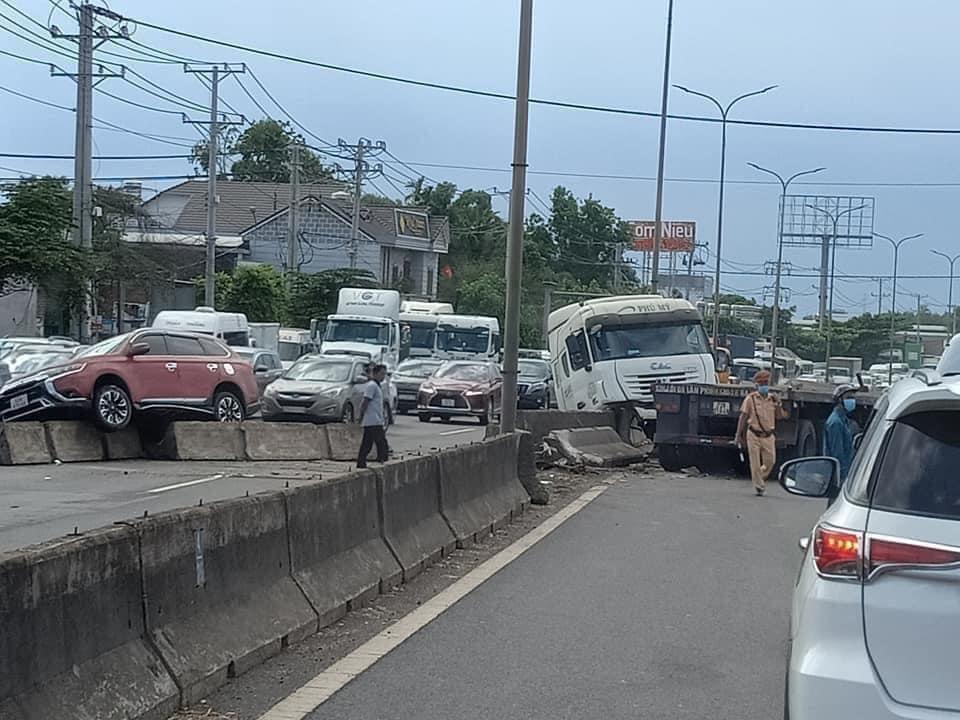 Kinh hoàng cuộn thép trên xe container rơi xuống đường gây tai nạn liên hoàn, kẹt xe nhiều giờ - Ảnh 5.