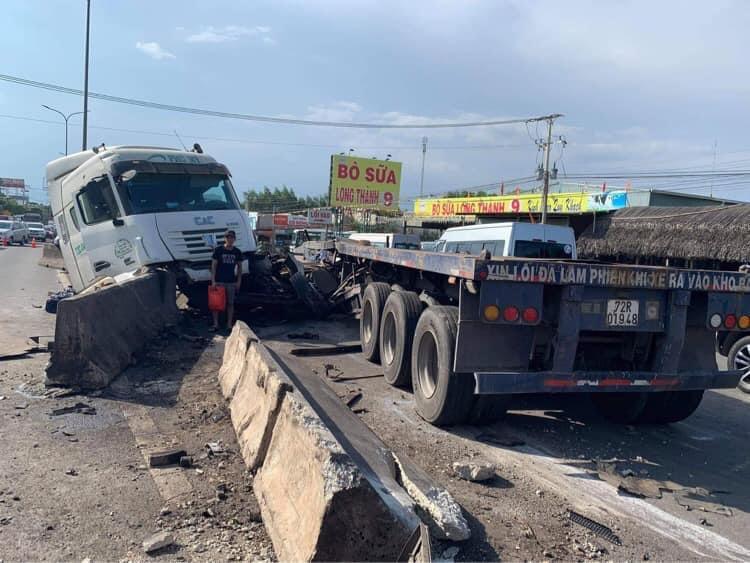 Kinh hoàng cuộn thép trên xe container rơi xuống đường gây tai nạn liên hoàn, kẹt xe nhiều giờ - Ảnh 1.