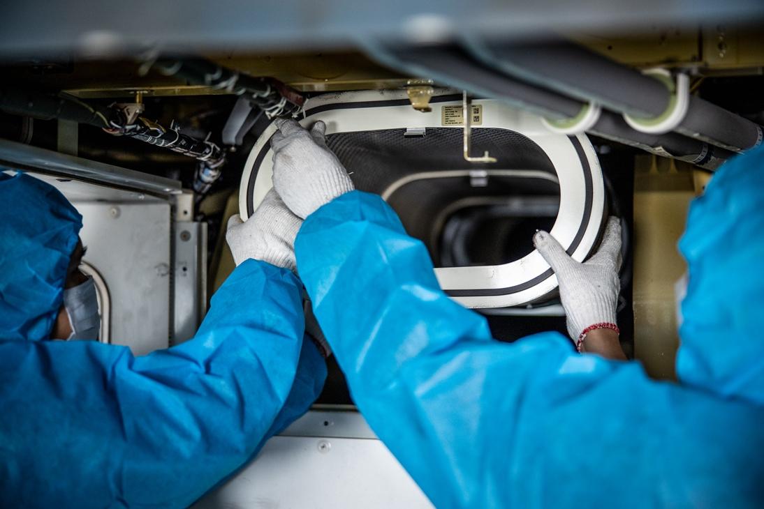 Công việc đặc biệt của thợ lau điều hòa máy bay - Ảnh 12.