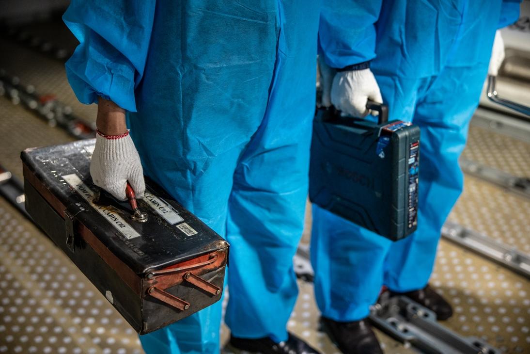 Công việc đặc biệt của thợ lau điều hòa máy bay - Ảnh 6.