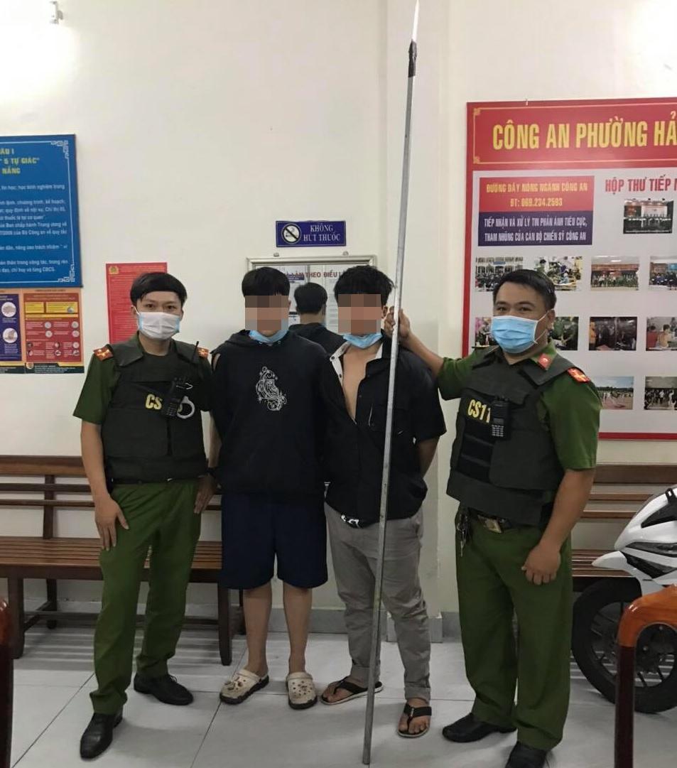 Đà Nẵng: Cảnh sát nổ súng trấn áp nhóm thiếu niên mang dao đi hỗn chiến - Ảnh 1.