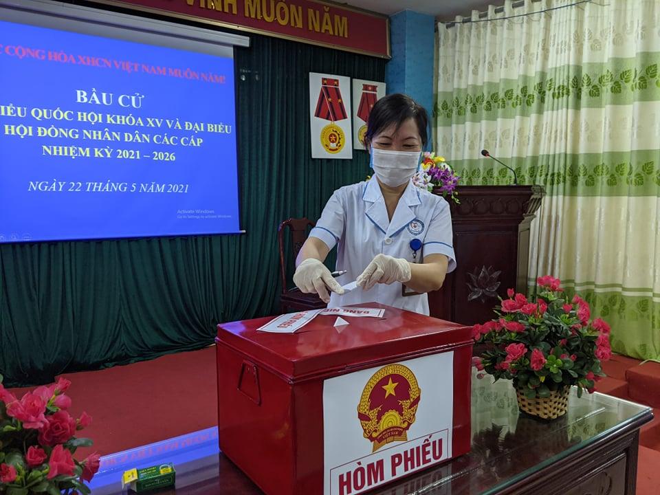 CLIP: Đi bầu cử sớm tại Bệnh viện dã chiến ở tâm dịch Bắc Ninh sáng nay 22-5 - Ảnh 6.