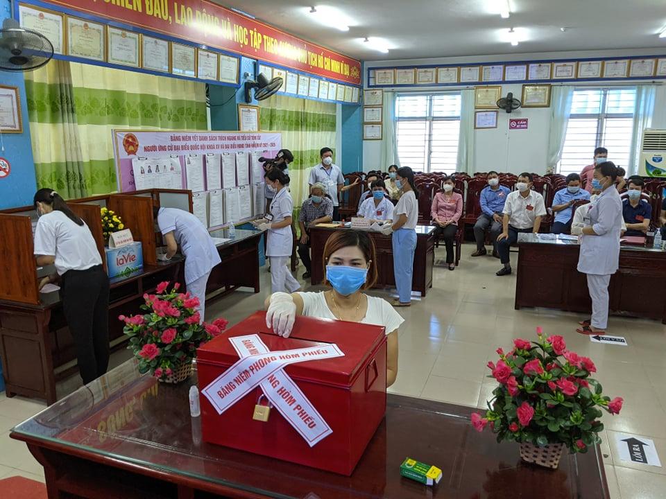 CLIP: Đi bầu cử sớm tại Bệnh viện dã chiến ở tâm dịch Bắc Ninh sáng nay 22-5 - Ảnh 10.