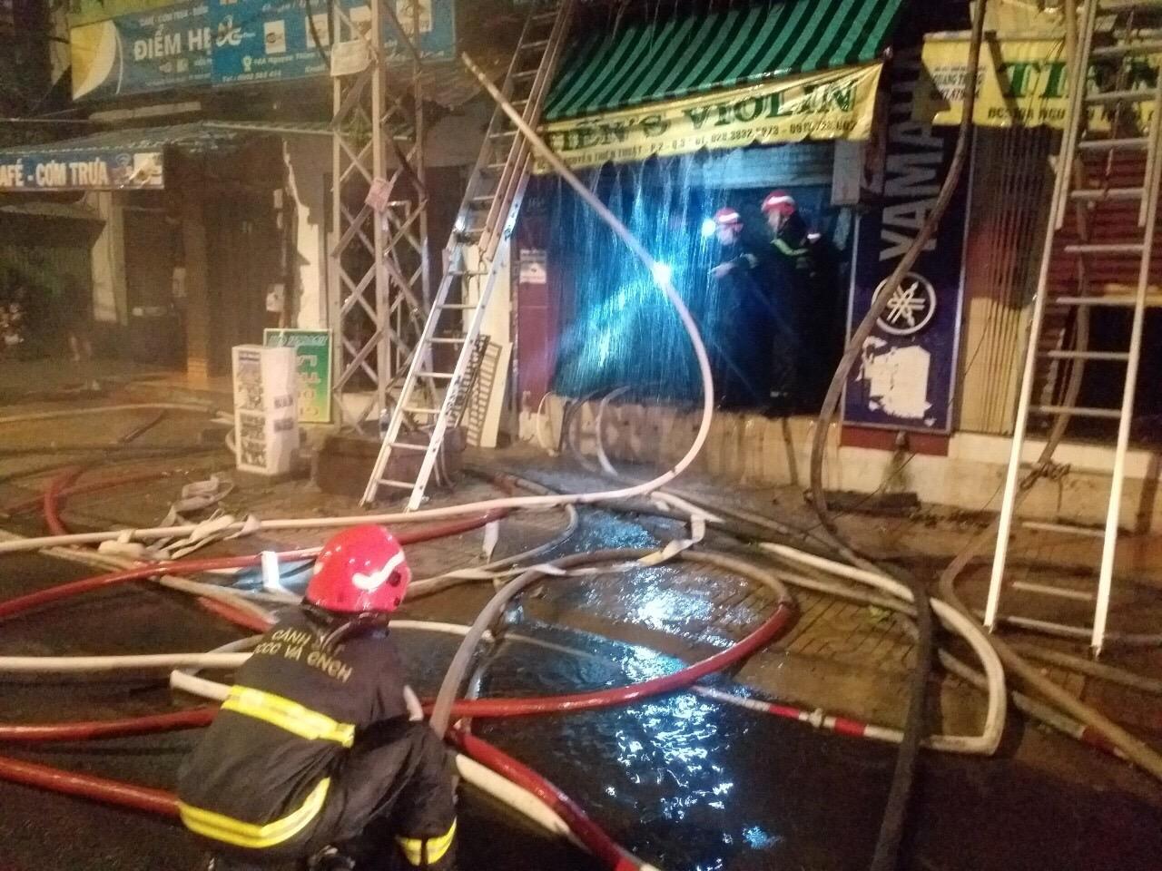 Cháy nhà trên đường Nguyễn Thiện Thuật, TP HCM: Hai người đã tử vong - Ảnh 1.