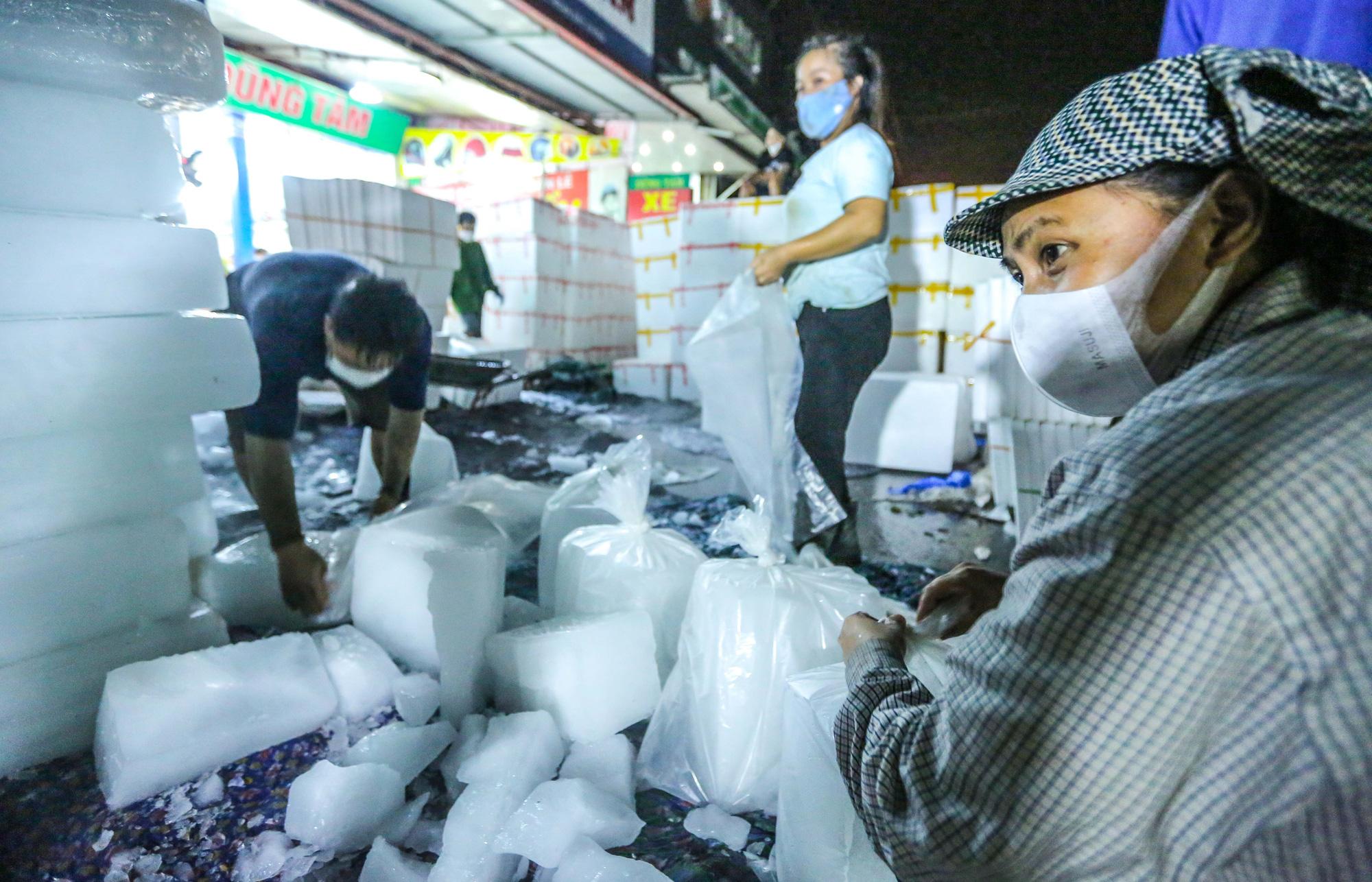 CLIP: Xuyên đêm đóng gói vải đưa sang Trung Quốc tiêu thụ - Ảnh 6.