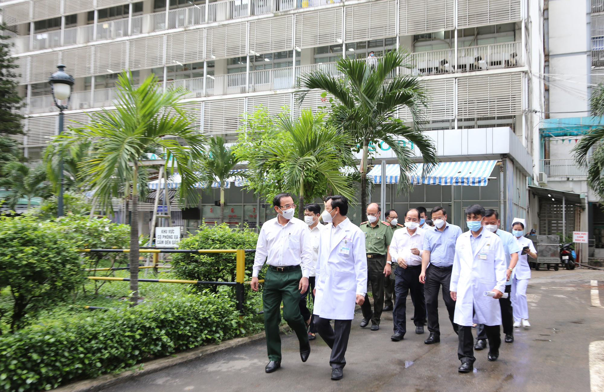 Bí thư Thành ủy TP HCM Nguyễn Văn Nên thăm chiến sĩ công an mắc Covid-19 nặng - Ảnh 2.