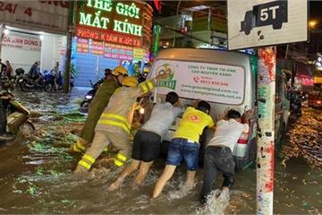"""Công an, dân phòng """"giải cứu"""" nhiều phương tiện ngập sâu sau trận mưa kéo dài ở TP.HCM"""