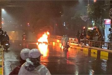 Ô tô tông xe máy bốc cháy rồi bỏ chạy, 2 người bị thương