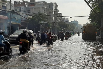 Nhiều nơi ở TP.HCM ngập sau cơn mưa lớn rạng sáng
