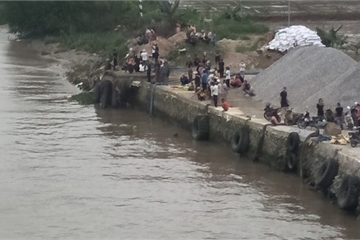 Sà lan chở cát va chạm với thuyền chài, 2 phụ nữ mất tích trên sông Văn Úc