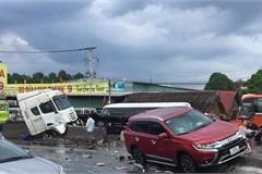Cuộn thép trên xe container rơi xuống đường gây tai nạn liên hoàn, quốc lộ 51 kẹt xe nhiều giờ